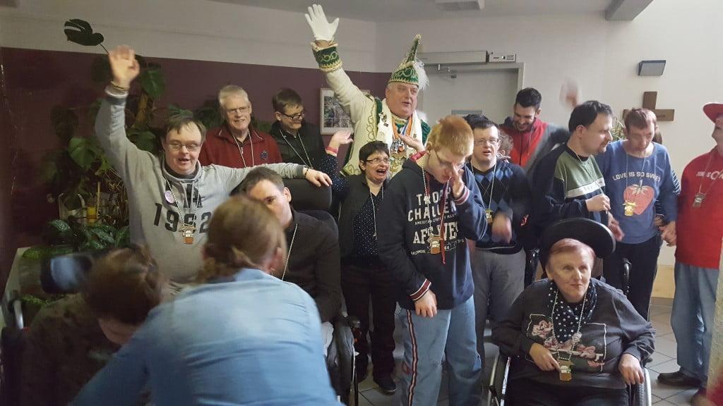 Prinz Martin I. feiert ausgelassen mit den Bewohnern des Christophorus-Hauses